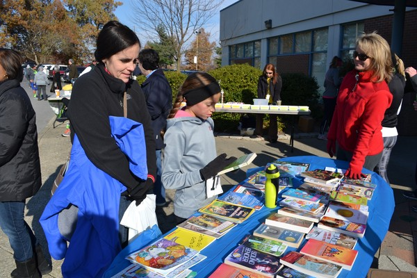 5K participants look at book table